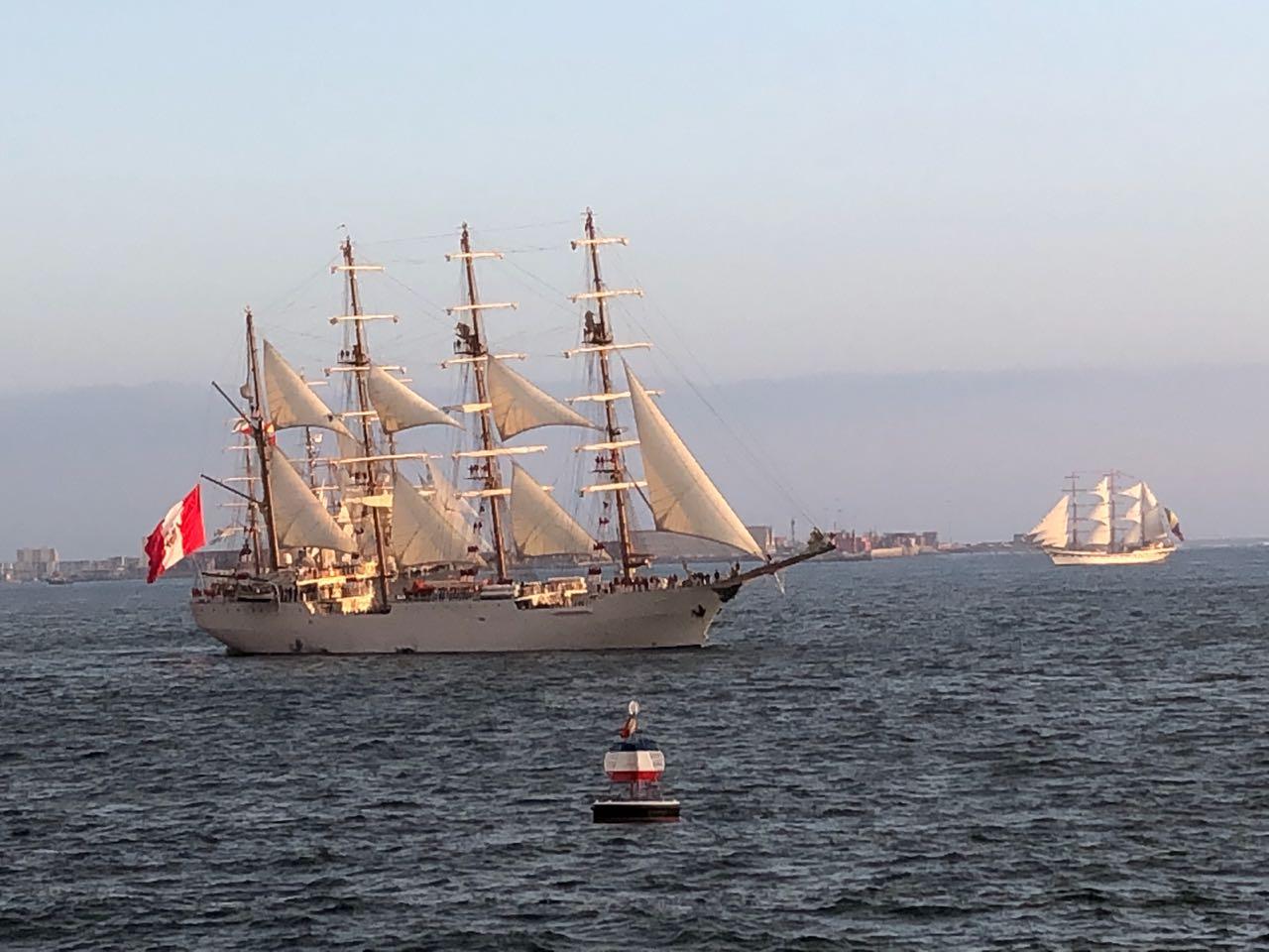 Buque Escuela peruano Unión navega frente a la Boya Esmeralda en Iquique