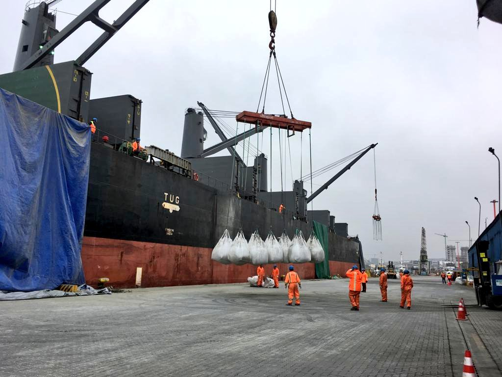 Terminal Puerto Coquimbo descarga 15 mil toneladas de cemento