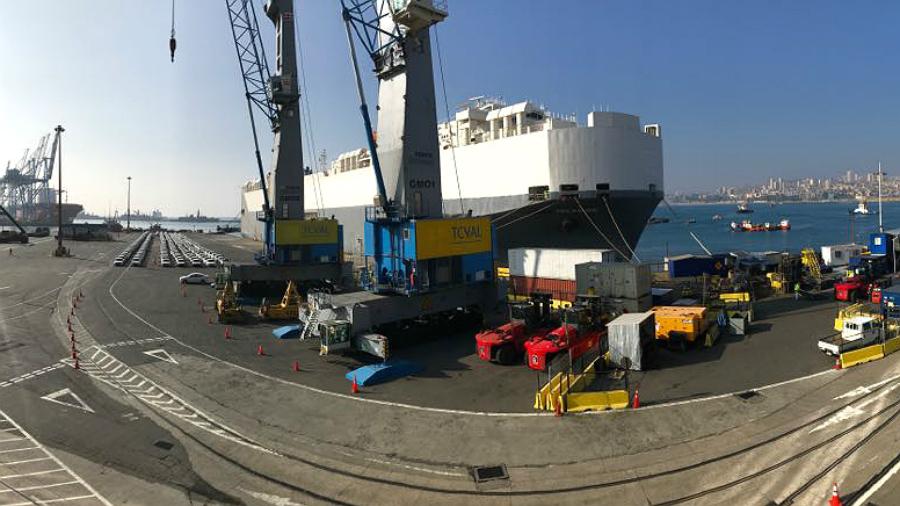 Imágenes: Hyundai Glovis Treasure descarga más de mil vehículos en Puerto de Valparaíso