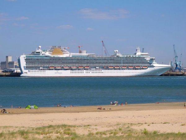Capitán del crucero Azura será juzgado por violar normas de calidad del aire en Francia