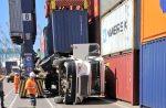 Investigan causas de volcamiento de camión al interior de patio en STI