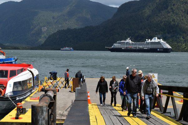 [Galería]: Así fue la primera visita del Azamara Pursuit a Puerto Chacabuco