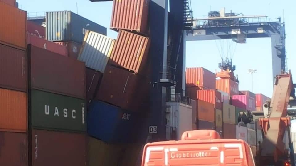 Mala maniobra genera caída de contenedores en STI