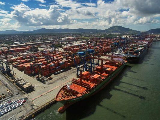 Camioneros protestan y cortan ingreso de transporte de carga al Puerto de Santos