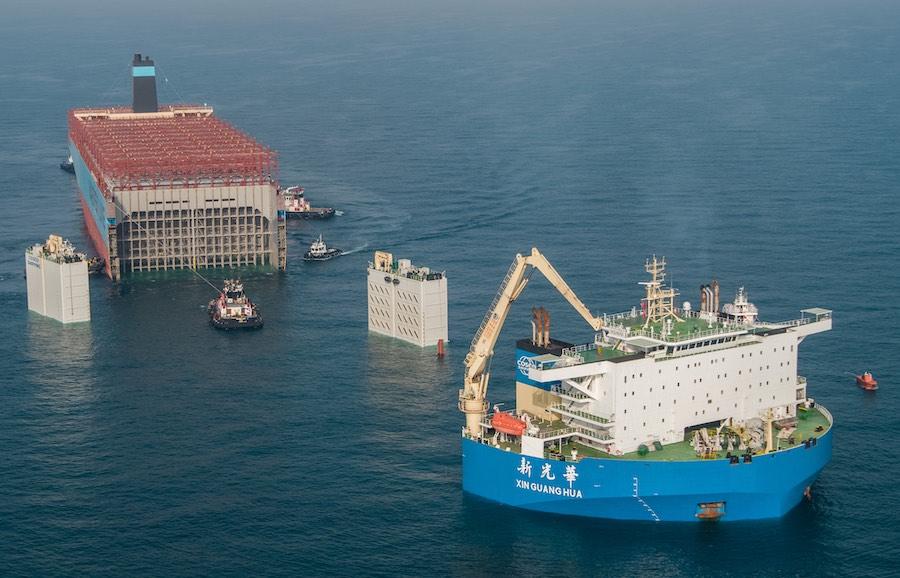 Galería: Así fue el embarque de la sección recuperada del Maersk Honam para su traslado a Corea del Sur