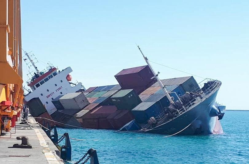 [Galería] Irán: Buque capota mientras embarcaba contenedores en Puerto de Shahid Rajaei