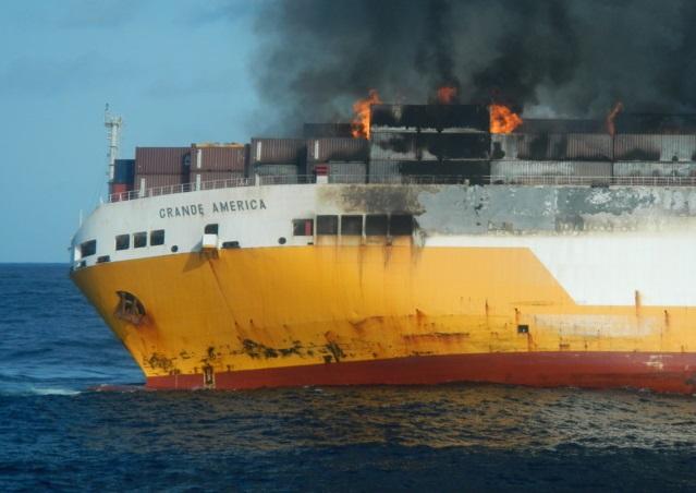 [Galería] Buque Con-Ro de Grimaldi se incendia en el Golfo de Vizcaya