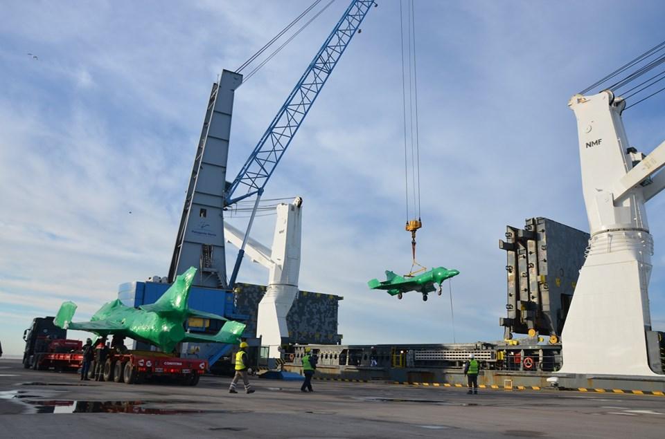 [Galería] Puerto Bahía Blanca desembarca cinco aviones de la Armada Argentina