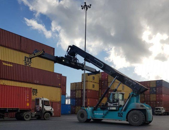 Puerto Coronel suma siete nuevas grúas para movilizar contenedores