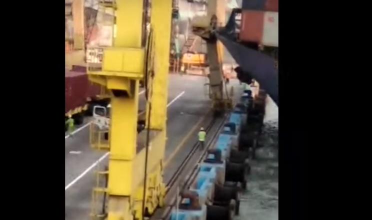 Video: Buque portacontenedores chocó y derribó grúa de terminal en Indonesia