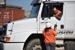 Vehículos de carga deberán pintar o adherir placa patente en puertas y techo