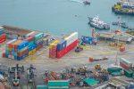 TPA y trabajadores forman una bandera chilena con contenedores con motivo de Fiestas Patrias