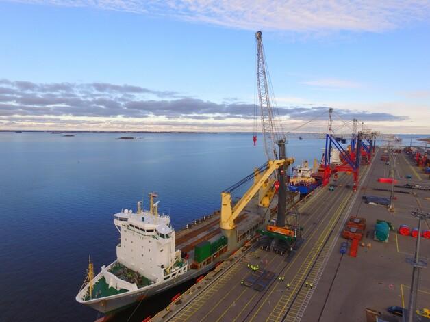 Rusia: Segunda grúa móvil Liebherr LHM 800 llega al Puerto de Bronka