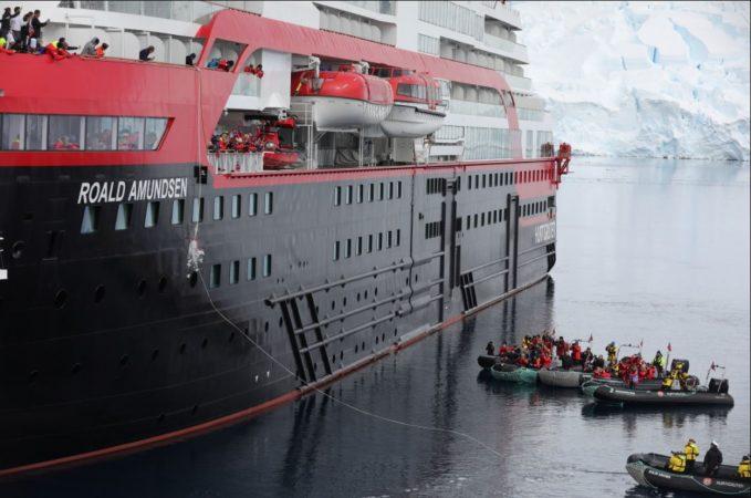 CEO de Hurtigruten reconoce errores y pide disculpas por brote de Covid-19 en el Roald Amundsen