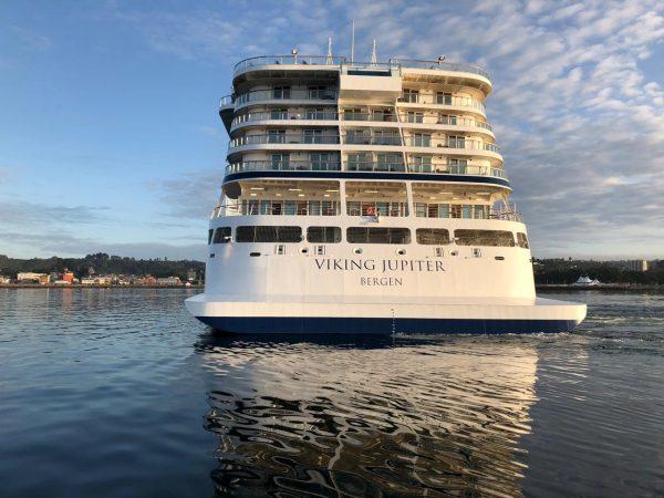 Galería: Viking Jupiter arriba a Puerto Montt con 1.334 personas a bordo