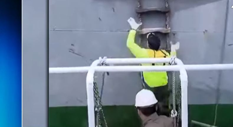 Video: Práctico es presionado por su lancha mientras subía a buque