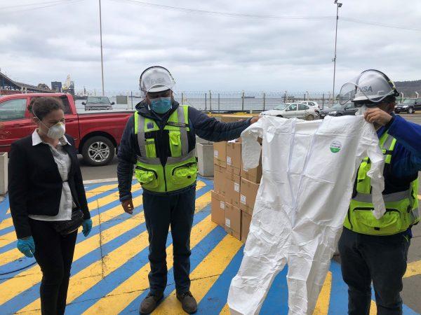 Puerto Ventanas dona 500 trajes de protección a Hospital de Quintero
