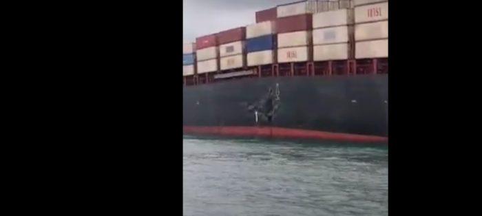 Portacontenedores y granelero encallan tras colisionar en estrecho de Singapur
