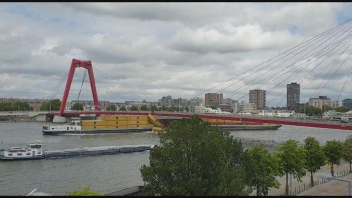 Buque de carga interior golpea puente y pierde contenedores en Rotterdam