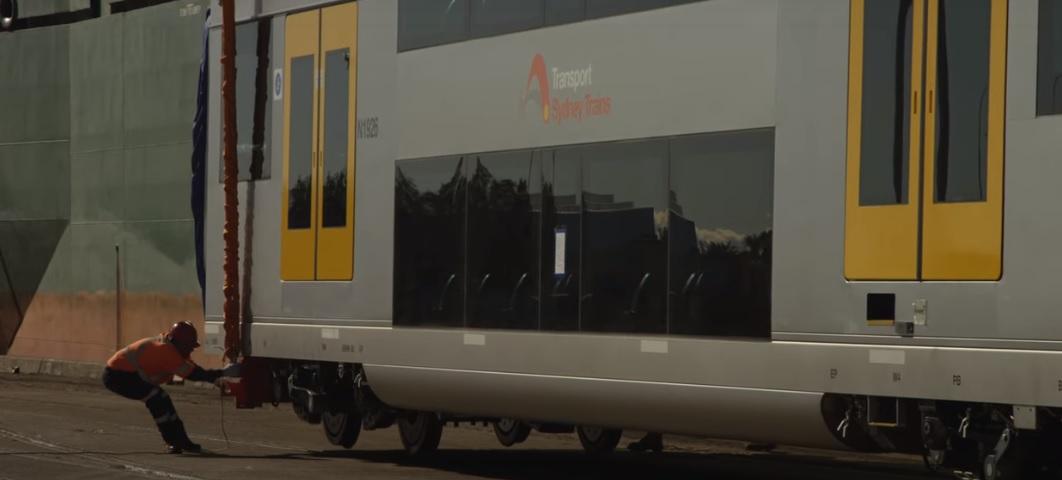 Puerto de Newcastle recibe primer envío de trenes de pasajeros con destino a Sydney