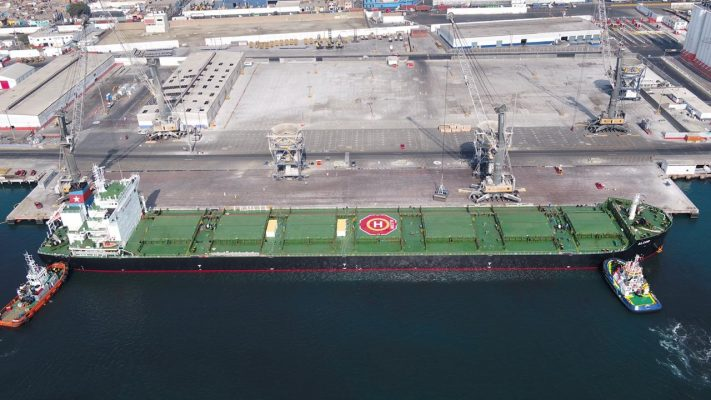 Llegada de nave granelera de grandes dimensiones al Muelle Norte del TP del Callao 2