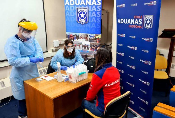 Funcionarios de la Aduana de Punta Arenas son sometidos a exámenes para detectar Covid-19