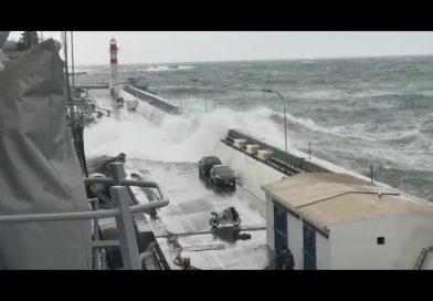 Video: Ola arrastra a dos vehículos y una moto en el Molo de Abrigo de Valparaíso