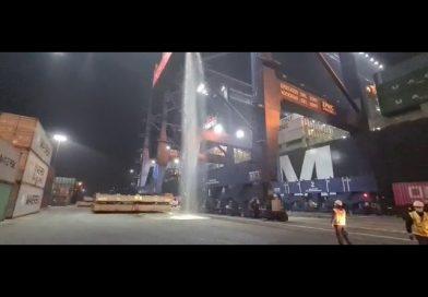 Video: Contenedor se raja y pierde cientos de litros de vino blanco en el Puerto de San Antonio