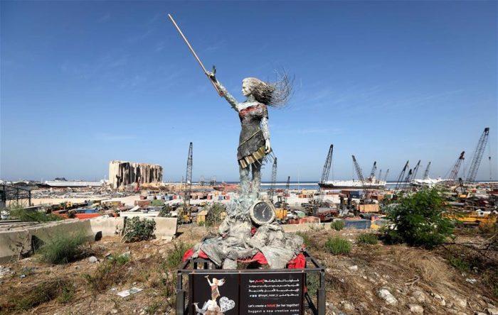 Artistas libaneses crean estatua de una mujer con los escombros dejados por la explosión del Puerto de Beirut