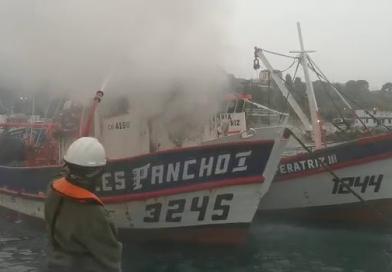 Remolcadores y lanchas de práctico combaten incendio en embarcación pesquera en San Antonio