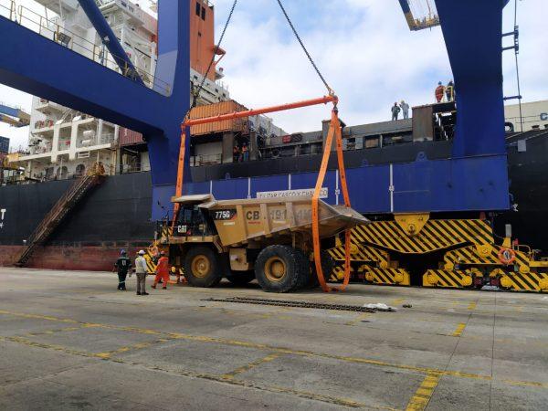 Imágenes: La carga de un dumper Caterpillar en Terminal Portuario Guayaquil