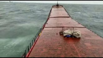 Video: Registran momento en que buque ucraniano se parte en dos