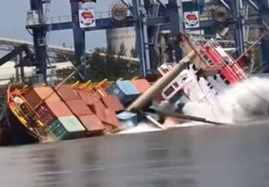 Video: Buque queda semi hundido tras zozobrar en puerto vietnamita