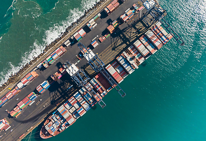 A diario se descargan gran cantidad de contenedores en el puerto de San Antonio