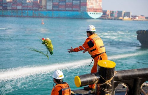 El momento exacto en que se depositaron las flores al mar desde el remolcador Calafquen