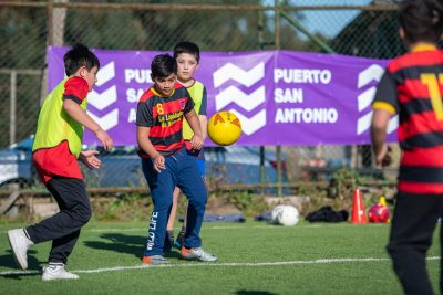 Puerto San Antonio organiza clínica de fútbol para 40 niños junto a jugadores del SAU
