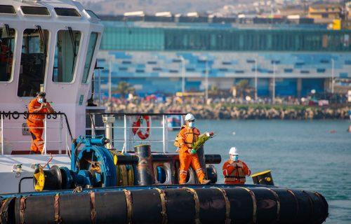 Tripulantes del Rinihue previo al lanzamiento de las flores al mar de San-Antonio