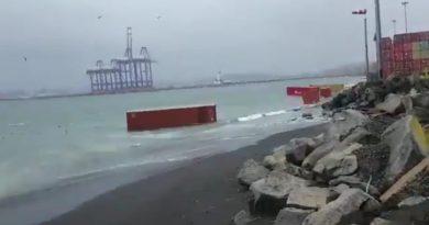 Video: Contenedores terminan en el mar por mal tiempo en Puerto Coronel
