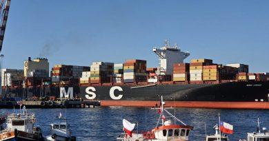 Mayor portacontenedores que ha recalado a Chile vuelve a Valparaíso