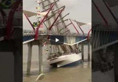 Video: Buque escuela de la Marinha do Brasil choca con puente peatonal en Ecuador